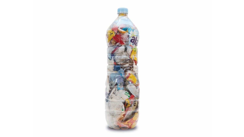 Una botella de plástico de un solo uso.