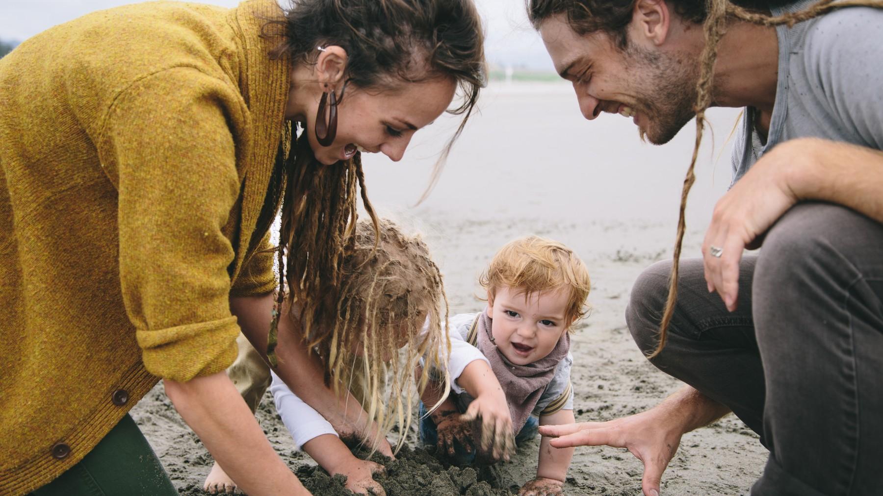 Familia jugando en la arena