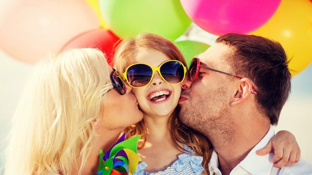 Padres besando a su niña