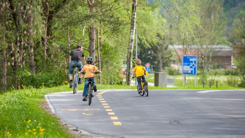 Papa y chicos andando en bicicleta