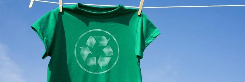 Camiseta verde en la línea de lavado