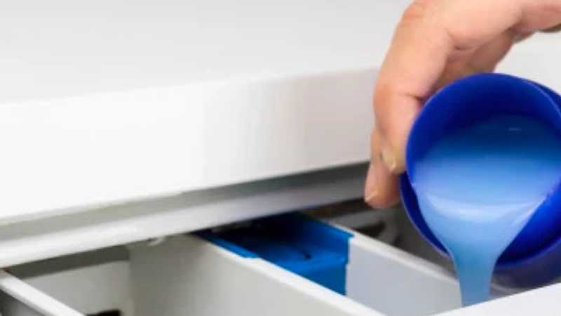 Carga de detergente en una lavadora